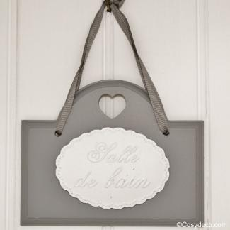 Plaque de porte grise salle de bain ambiance romantique - Plaque pour salle de bain ...